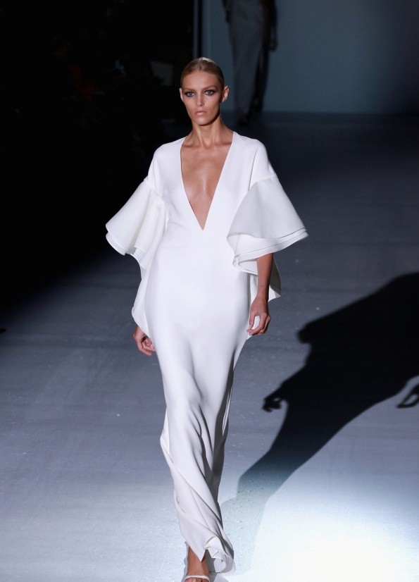 28541_vestido-largo-blanco-escote-v-volantes-gucci-semana-moda-milan-pimavera-verano-2013