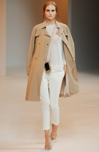 outfit-inspiration-how-to-wear-trench-white-trousers-porsche-spring-2015
