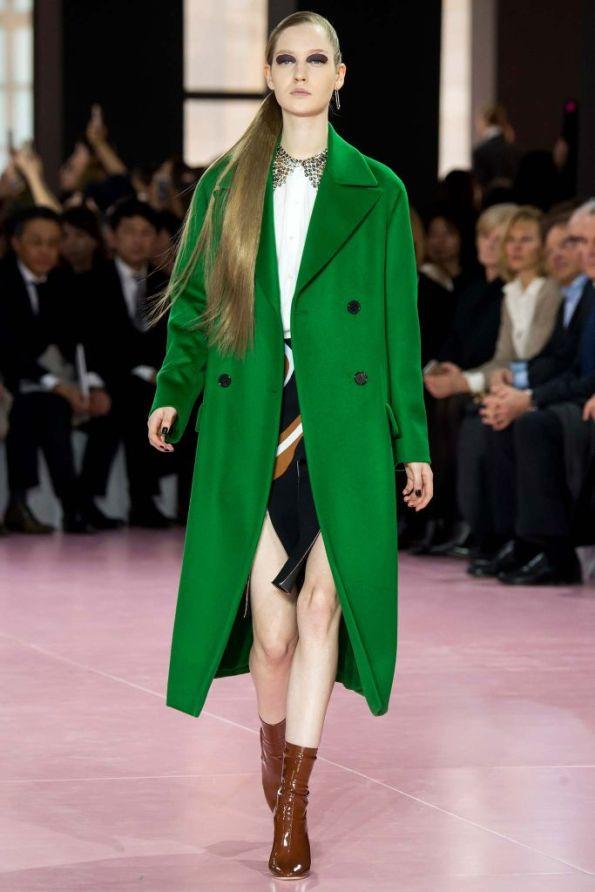 christian-dior-mujer-otono-invierno-2105-2016-abrigo-verde